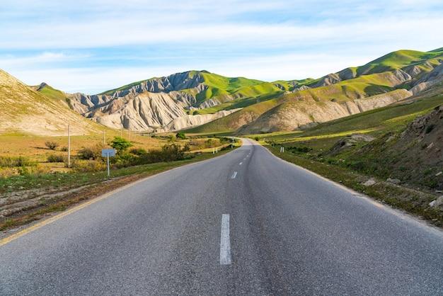 Strada asfaltata in zona montuosa