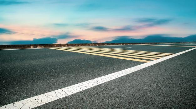 Asphalt highway skyline e cielo blu e nuvole bianche