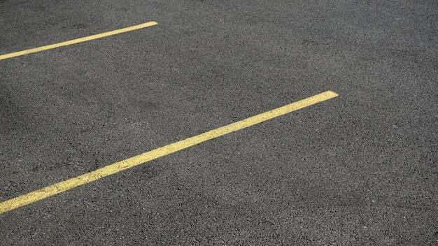 Area di parcheggio dell'asfalto con strisce gialle