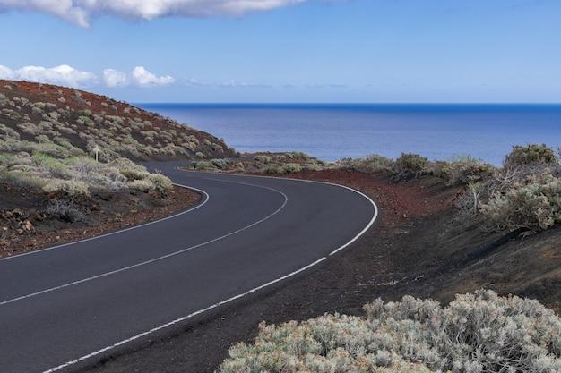 Strada asfaltata che attraversa la zona vulcanica, la restinga, el hierro, isole canarie, spagna