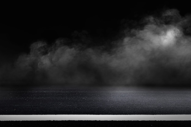Strada asfaltata e sfondo del cielo scuro