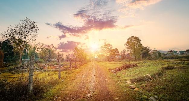 Strada asfaltata e montagne al bel tramonto