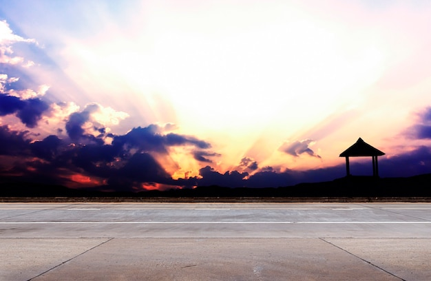 Strada asfaltata e sfondo del cielo
