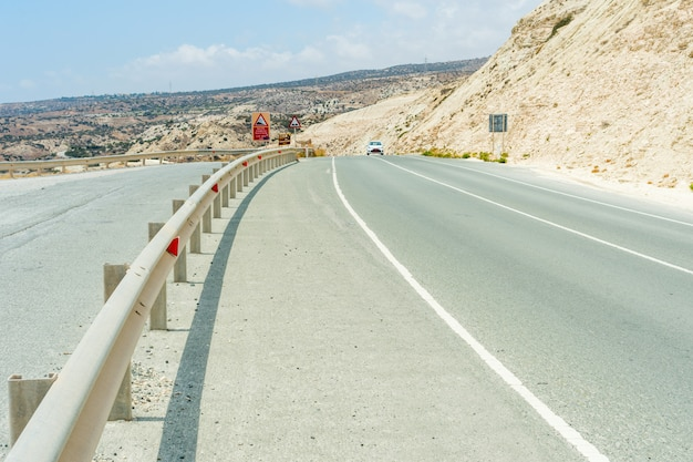 Strada asfaltata lungo le scogliere