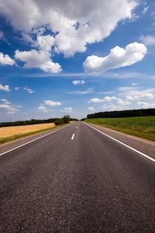 La strada asfaltata - la piccola strada asfaltata rurale fotografata nell'estate dell'anno.