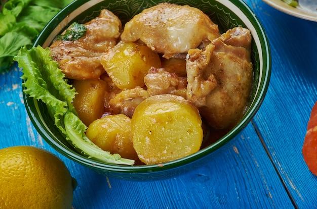Anatra assamese al curry, cucina del sud-est asiatico piatti tradizionali assortiti, vista dall'alto.