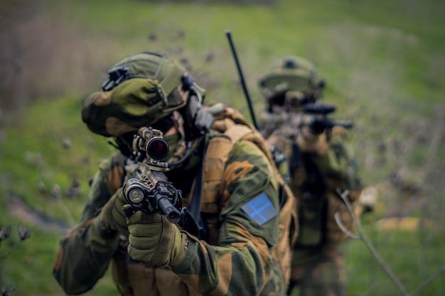 Fucile d'assalto nelle mani del soldato delle forze speciali che mira