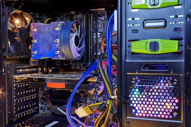 Computer desktop personale assemblato, scheda madre con scheda grafica e dissipatore di calore per processore centrale.