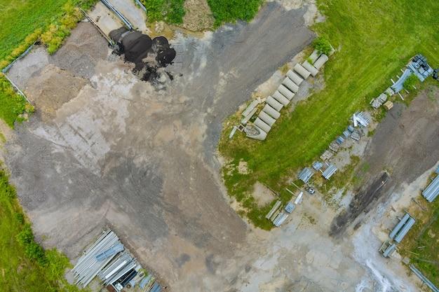 Montaggio sistema di drenaggio, tubi di drenaggio rettangolari fori sul calcestruzzo
