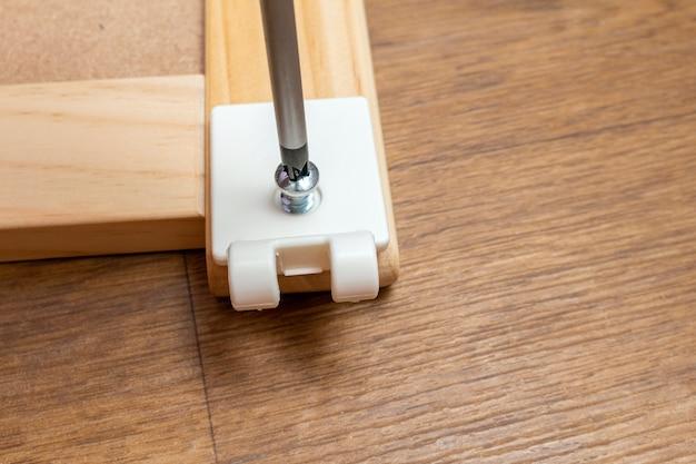 Assemblaggio di mobili con un cacciavite da vicino