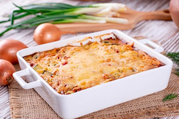 ? asserole di verdure con uova e formaggio su un tavolo di legno