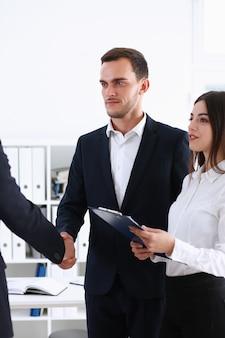 L'assistente uomo d'affari arabo ha organizzato un incontro con l'investitore