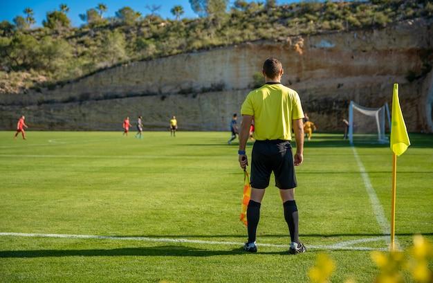 Assistente arbitro in una partita di calcio a guardare la partita