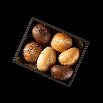 Pane assortito isolato su uno sfondo bianco.