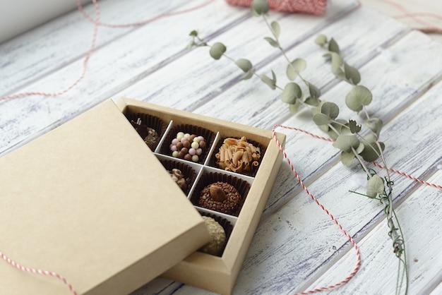 Caramelle assortite e decorazioni natalizie