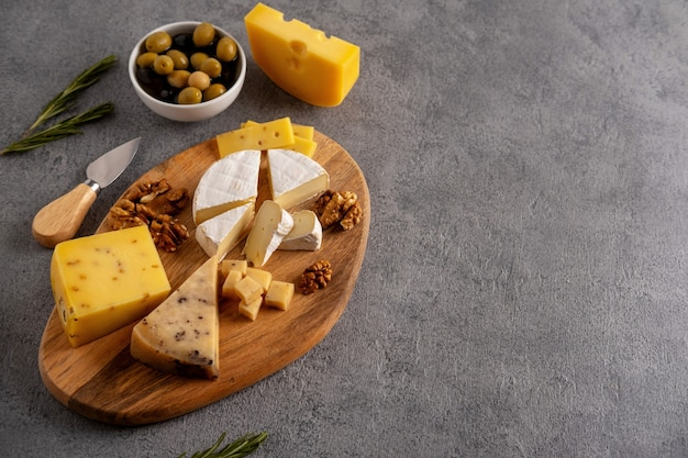 Formaggi assortiti con noci, olive e rosmarino.