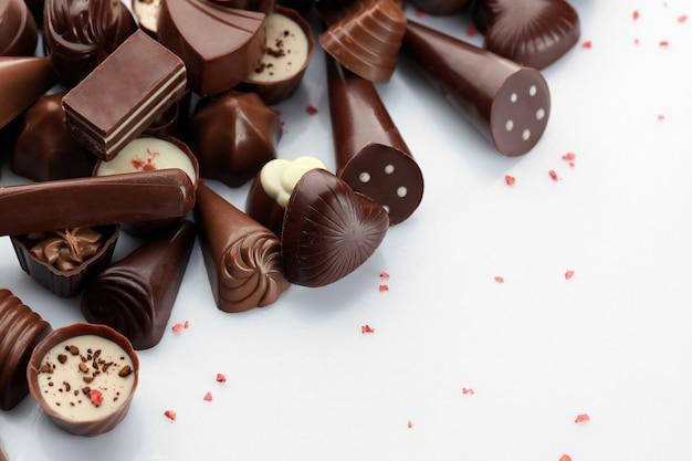 Caramelle al cioccolato assortite, isolate su bianco