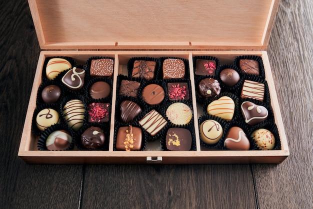 Caramelle di cioccolato assortite in scatola di legno.
