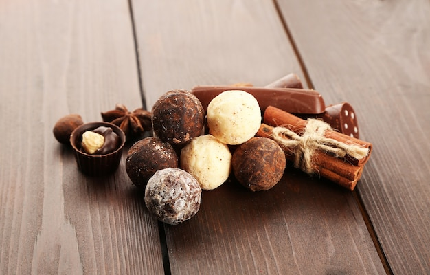 Caramelle al cioccolato assortite su un tavolo di legno, primo piano