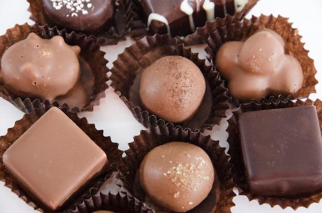Cioccolatini assortiti su bianco