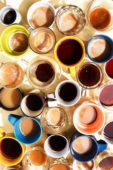 Tazze di caffè assorted con caffè e su una tabella. vista dall'alto.