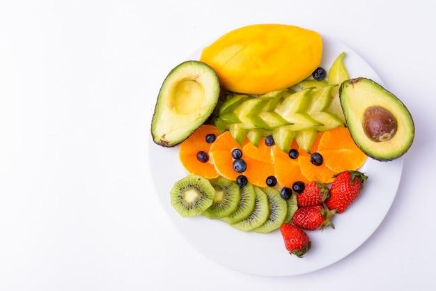 Frutta deliziosa assortita servita sulla piastra isolata