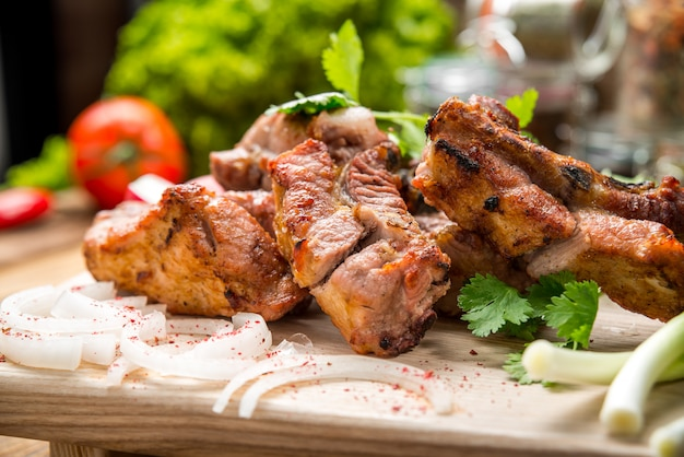 Assortimento di deliziose grigliate di carne con verdure sul tavolo da picnic piatto bianco per la festa barbecue in famiglia