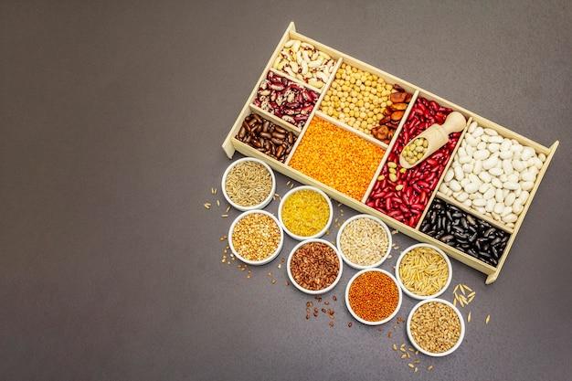Diversi tipi di fagioli e cereali assortiti