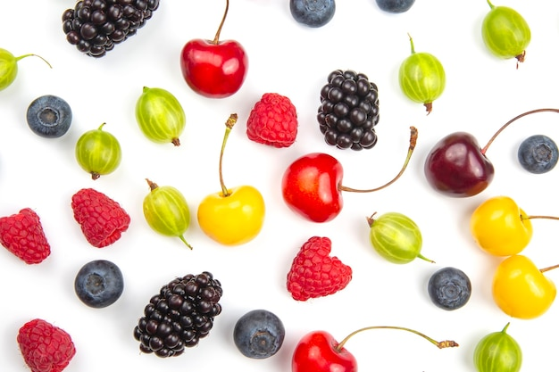 Frutti di bosco diversi freschi assortiti su un bianco