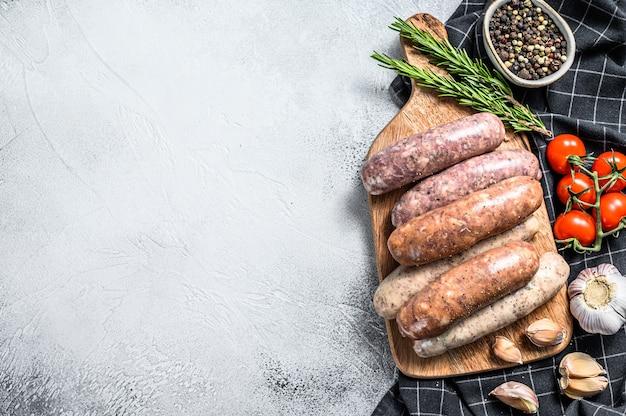 Assortiti di carne di maiale cruda fresca, manzo e salsicce di pollo con spezie
