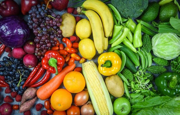 Assortimento di frutta fresca matura rosso giallo verdure viola e verde selezione mista varivergetable e frutta cibo sano cibo pulito mangiare per la vita del cuore dieta colesterolo salute