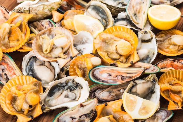 Cozze e ostriche fresche assortite dei crostacei