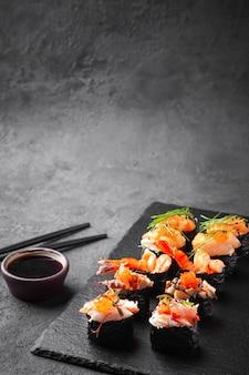 Sushi freschi assortiti gunkan maki con frutti di mare