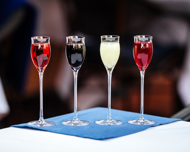 Bicchieri assortiti di liquori digestivi da dessert Foto Premium
