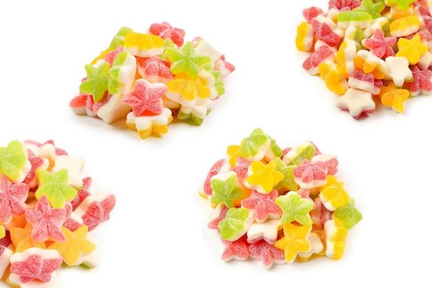 Caramelle gommose assortite. vista dall'alto. dolci di gelatina. isolato su bianco.