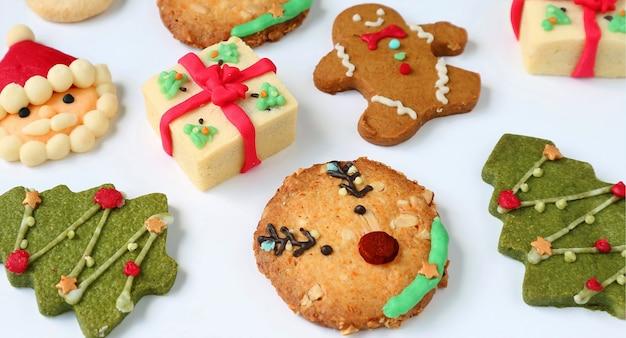 Biscotti di natale deliziosi fatti in casa assortiti su fondo bianco