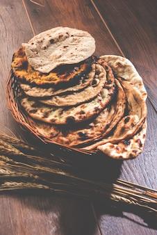 Il cestino del pane indiano assortito include chapati, tandoori roti o naan, paratha, kulcha, fulka, missi roti