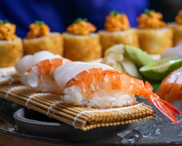 Sushi giapponese assortito e sashimi su un tavolo