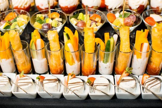 Dessert naturali assortiti con frutta