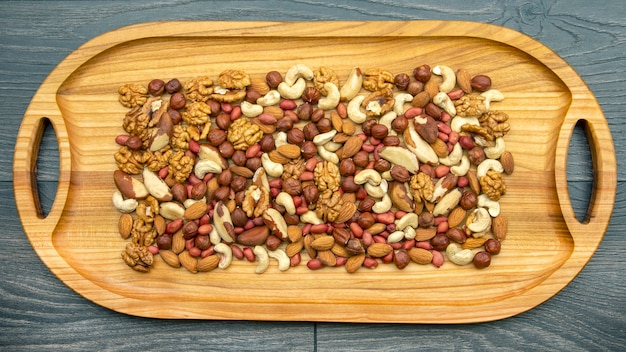 Dadi assortiti su una tavola di legno da cucina. cibo vegetariano vitaminico