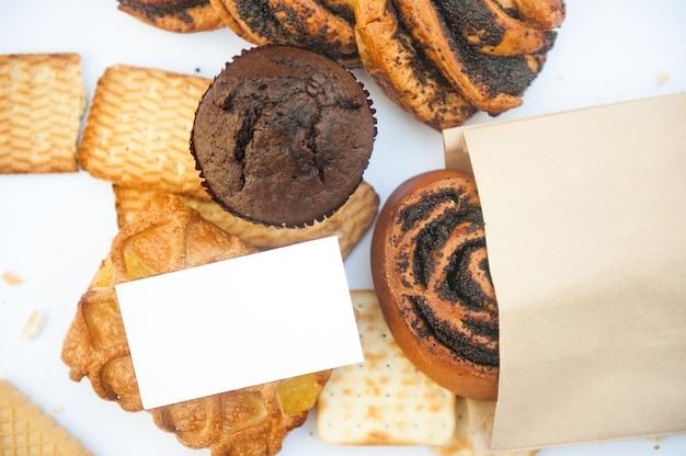 Set di pasticcini assortiti con biglietto da visita vuoto bianco