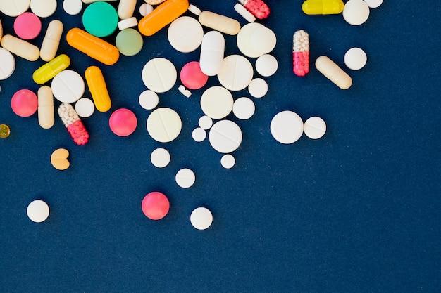 Pillole colorate farmaceutiche assortite. prevenzione, cura dell'influenza, coronavirus, medicina con pillole di antibiotici. vitamine, compresse