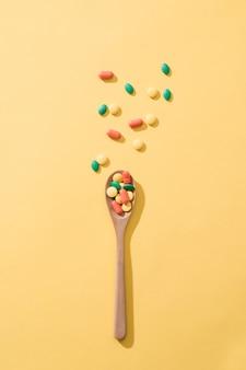 Pillole, compresse e capsule di medicina farmaceutica assortite sul cucchiaio di legno