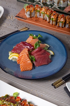 Piatto di pesce crudo assortito servito sul tavolo del ristorante giapponese