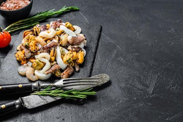 Frutti di mare assortiti, cozze, vongole, calamari, polpi, gamberi e gamberi