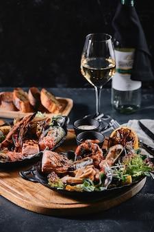 Frutti di mare assortiti su piatti bella composizione su un tavolo di pesce servito, calamari, gamberetti
