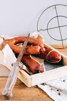 Salsiccie affumicate assortite, aperitivo su legno