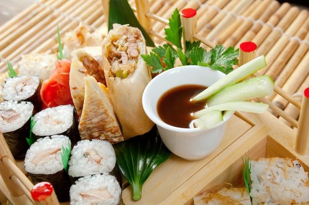 Sushi assortiti cibo giapponese. cibo tradizionale giapponese.rotolo di pesce affumicato
