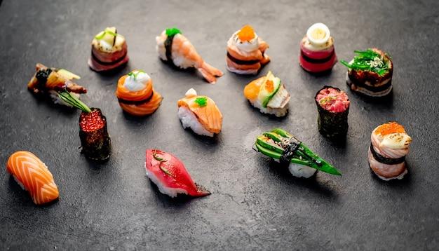 Set di sushi assortiti nigiri e rotoli di sushi su sfondo di pietra