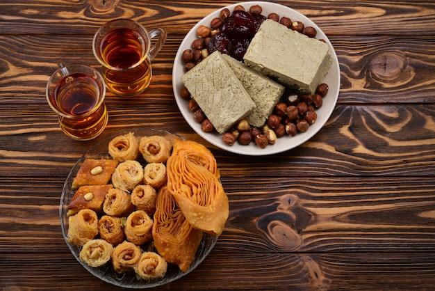 Dessert orientali tradizionali assortiti con tè su legno